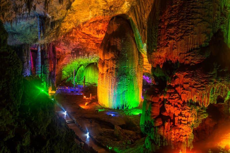 Gula Dragon Cave, under av världens grottor, Zhangjiajie, Kina royaltyfria foton