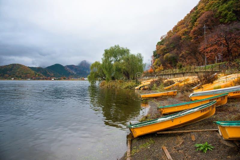 gula fartyg på Kawaguchiko sjön arkivbilder