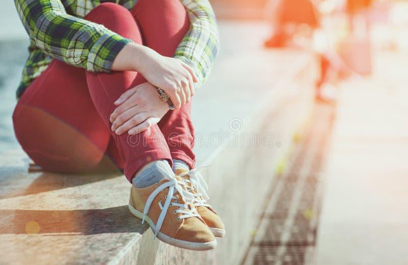Gula gymnastikskor på flicka lägger benen på ryggen i hipsterstil royaltyfria bilder