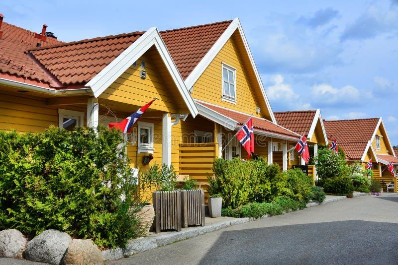 Gula hus i mossa, Norge flagga royaltyfri foto