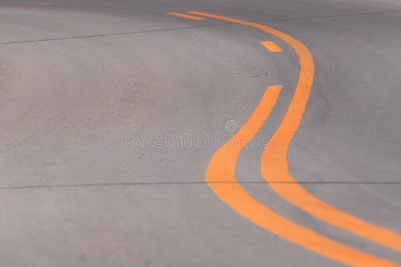 Gula linjer på asfalt fotografering för bildbyråer