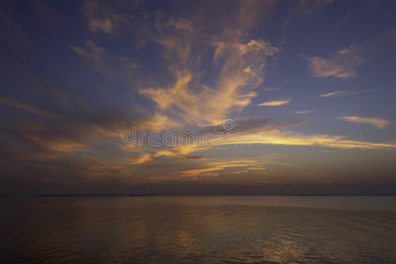 Gula moln och blå himmel royaltyfria foton