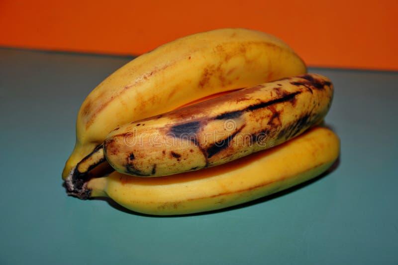 Gula och övermogna bananer arkivbilder