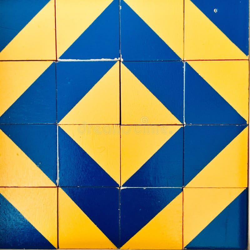 Gula och blåa trianglar, mobilt foto arkivfoton
