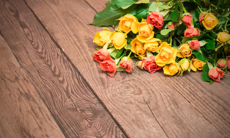 Gula och röda rosor på en träbakgrund Kvinnors dag, Valen arkivbild