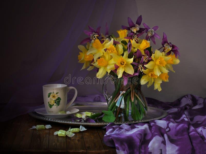 Gula påskliljar i en vase arkivbild