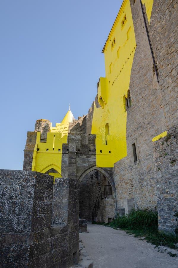 Gula packade väggar av en slott av fästninglaen Cité, Carcassonne, Frankrike arkivbild