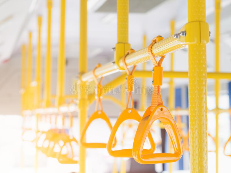 Gula plast- handtag för närbild för säkerhet för anseendepassagerare i bussen royaltyfri foto