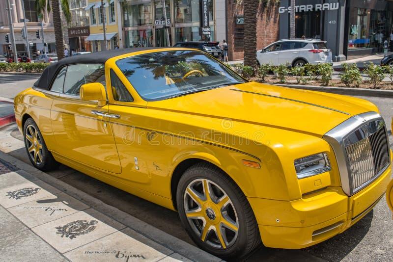 Gula Rolls Royce Parked i rodeodrev i Beverly Hills royaltyfri foto