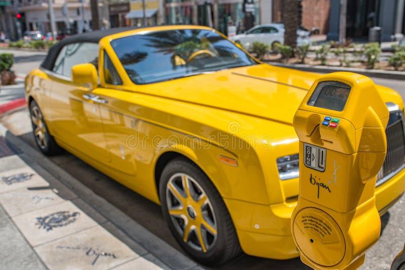 Gula Rolls Royce Parked i rodeodrev i Beverly Hills fotografering för bildbyråer