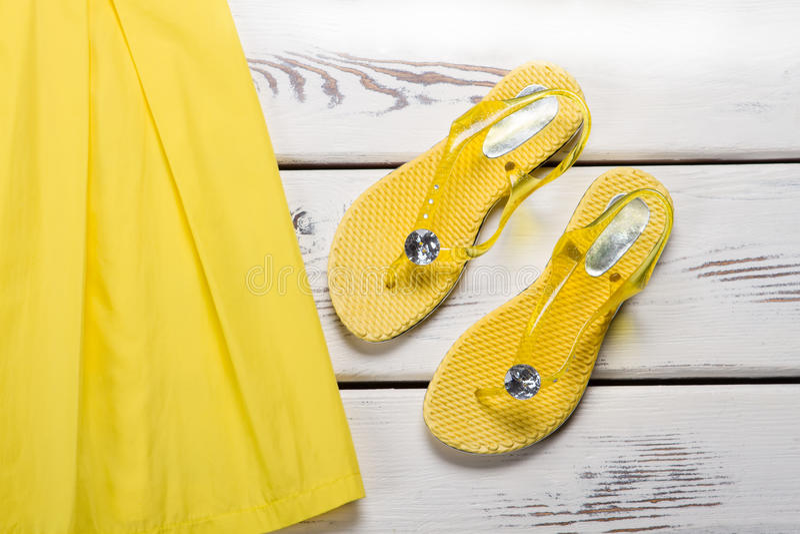 Gula rubber sandaler och klänning royaltyfria bilder