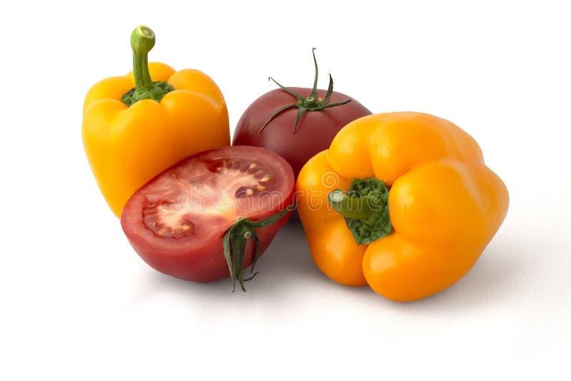 Gula spanska peppar och tomater i avsnitt fotografering för bildbyråer