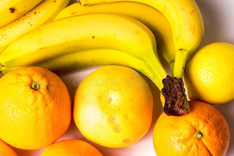 Gula sunda organiska frukter royaltyfria foton