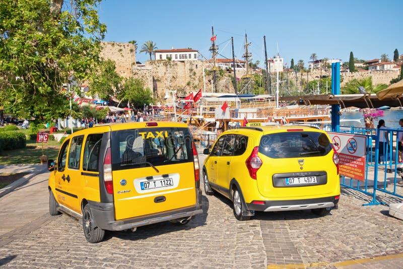 Gula taxiställningar vid sidan av vägen från paversna som väntar på passagerare royaltyfri bild