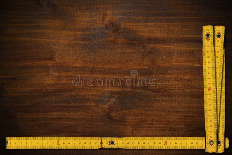 Gula vecklinjaler av trä på en arbetstabell med kopieringsutrymme royaltyfri foto