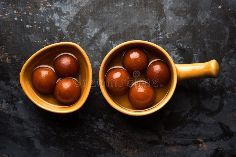 Gulab dolce indiano Jamun è servito in una ciotola ceramica, fuoco selettivo fotografia stock