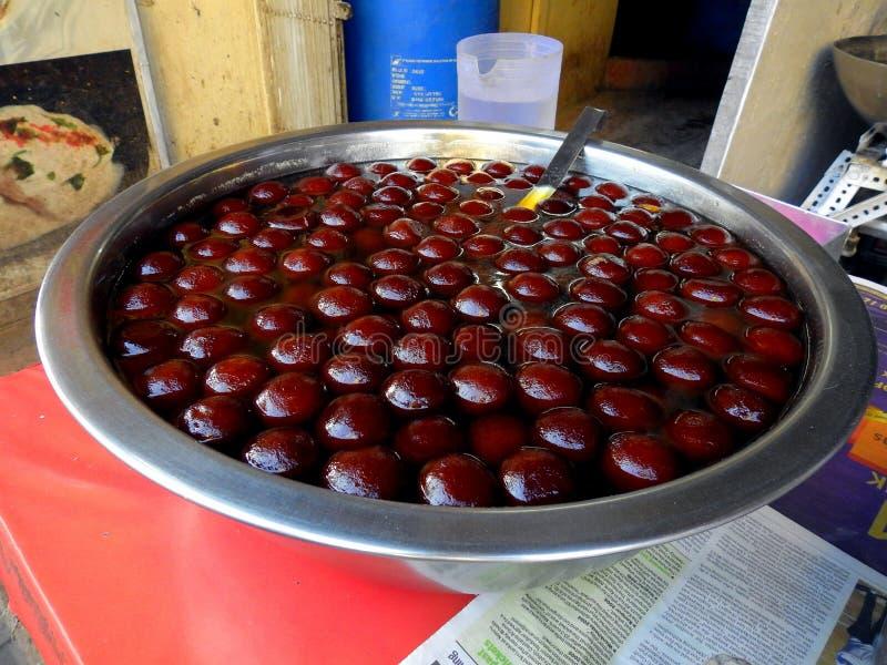 Gulab jamun som är till salu i bandra royaltyfri bild