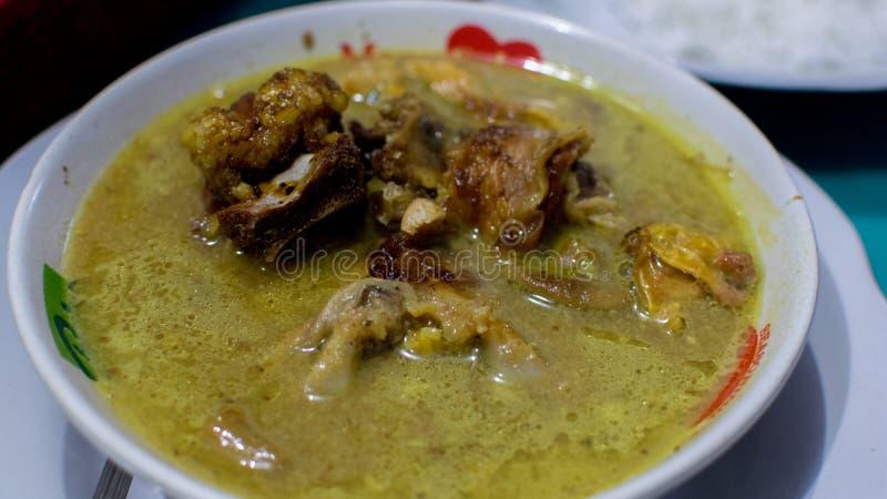 Gulai é um tipo de alimento que contém rico, picante e suculento caril-como o molho foto de stock royalty free