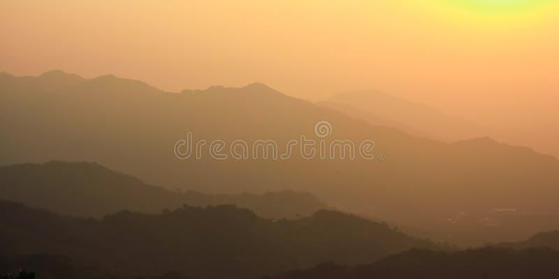 Gulaktig röd solnedgång på grund av smog royaltyfri fotografi