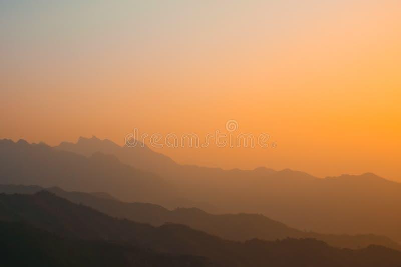 Gulaktig röd solnedgång på grund av smog royaltyfri foto