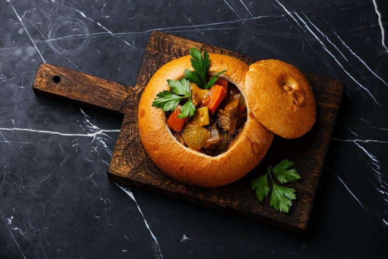 Gulasch för nötköttköttsoppa i bröd fotografering för bildbyråer