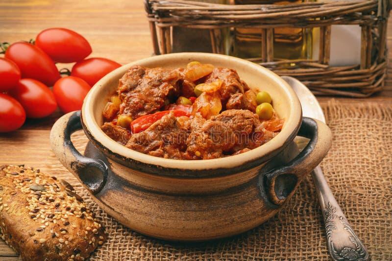 Gulasch från rådjursköttkött på brun träbakgrund royaltyfri fotografi