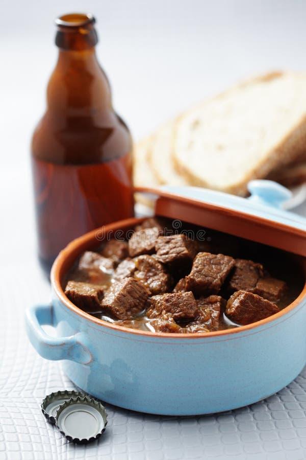 Gulasch med nötkött och öl royaltyfria bilder
