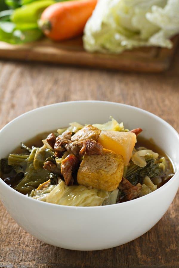 gulaszu chiński warzywo Mieszający warzywa, tofu i wieprzowina na drewnianym tle, chiński styl (Tom dźgnięcie Chai) obrazy royalty free