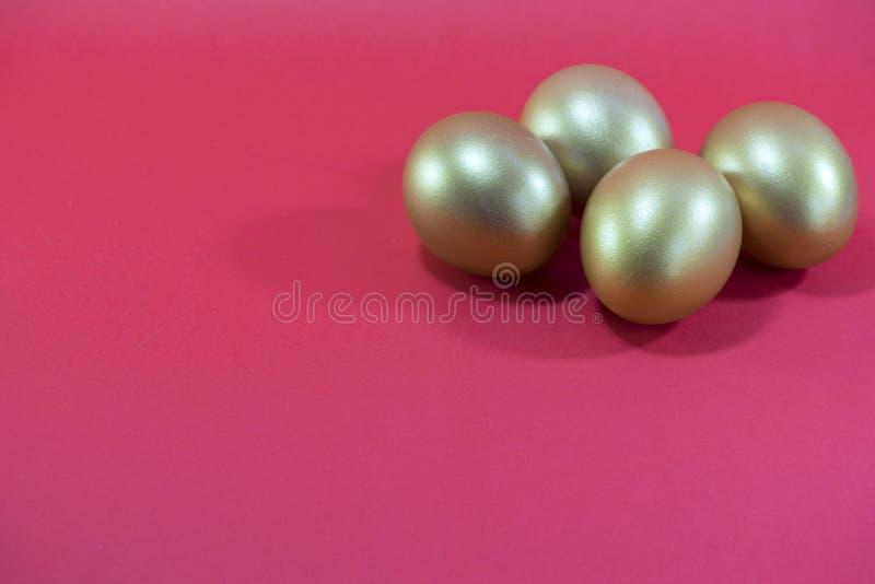 Guld- ägg i begreppsinvestering eller påsk arkivbild