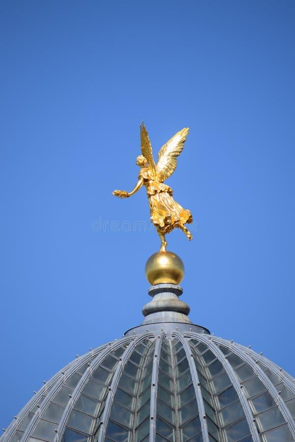 Guld- ängel på en historisk byggnad i Dresden, Sachsen, Tyskland arkivfoto