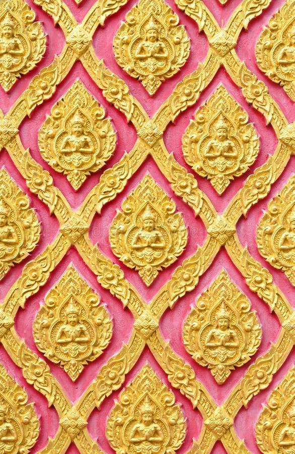 Guld- ängelmodell för traditionell thailändsk stil på väggen royaltyfri fotografi