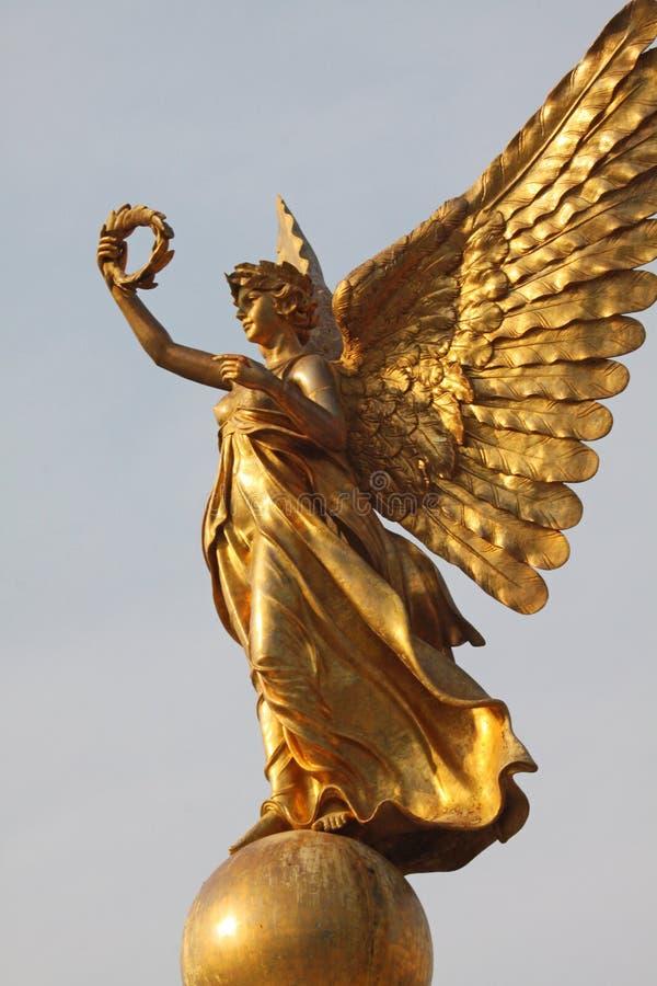 Guld- ängelstaty arkivbilder