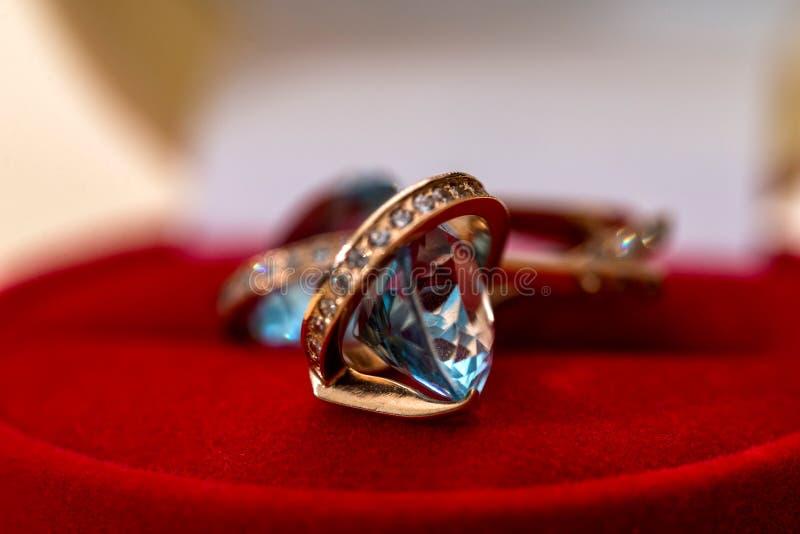Guld- örhängen med kristallen royaltyfria bilder