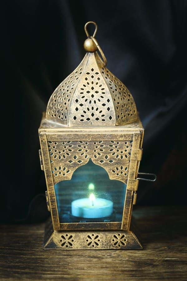 Guld- arabisk lykta arkivbild