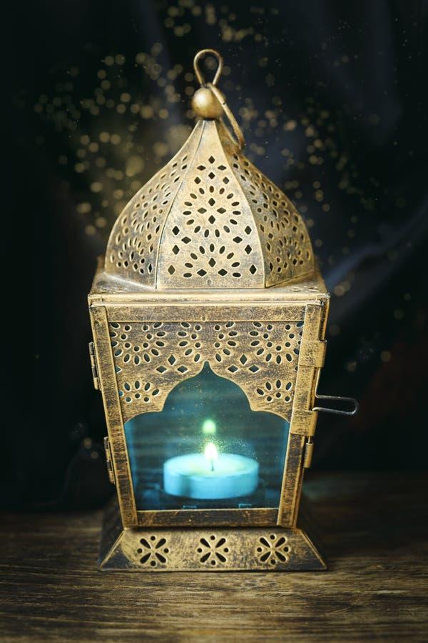 Guld- arabisk lykta arkivbilder