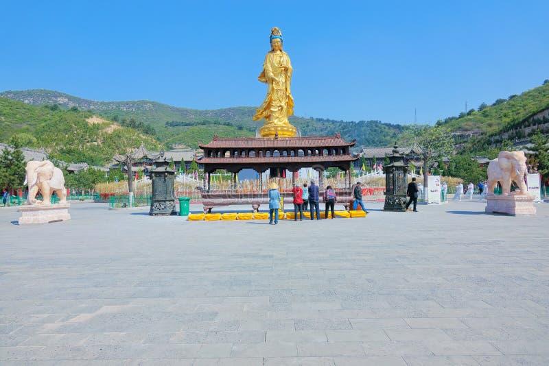 Guld- Avalokitesvara staty royaltyfria foton