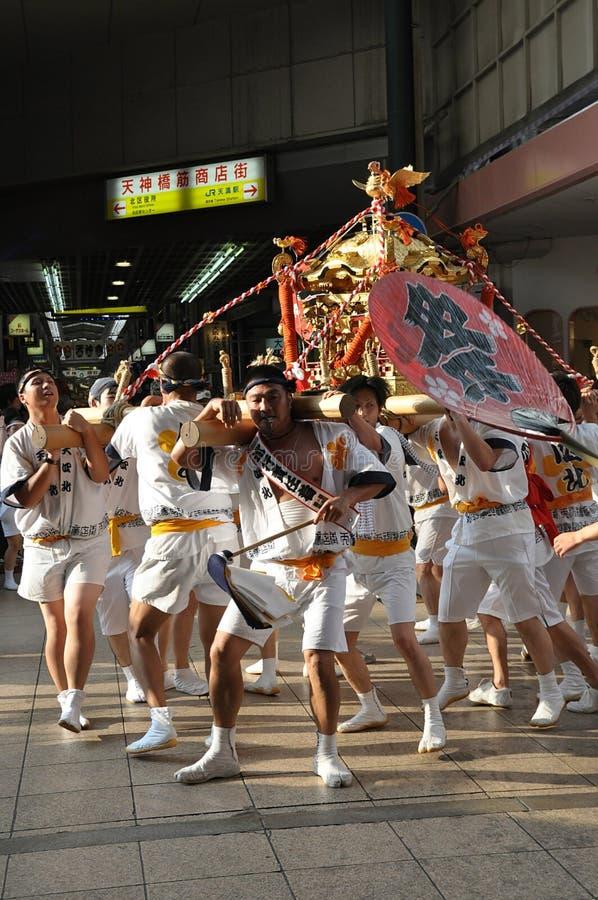Guld- bärbar relikskrin i japanska festivaler arkivbilder