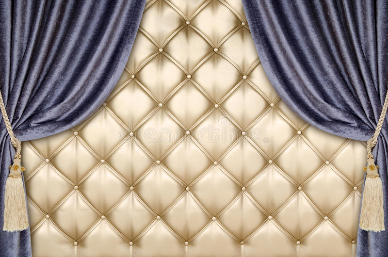 Guld- bakgrund för stoppningsammetgardin royaltyfria bilder
