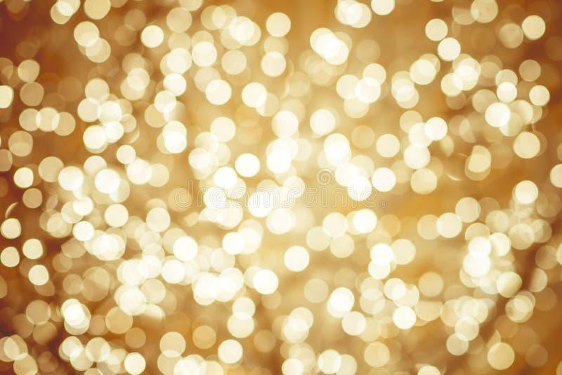 Guld- bakgrund med defocused mousserande ljus för naturlig bokeh royaltyfria foton