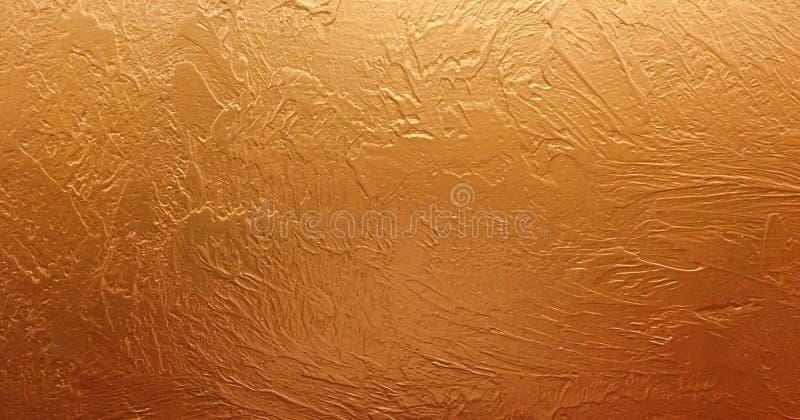 Guld- bakgrundspapper, textur är gammal tappning bedrövad färg för fast guld med grov skalningsgrungemålarfärg på kanter royaltyfri foto