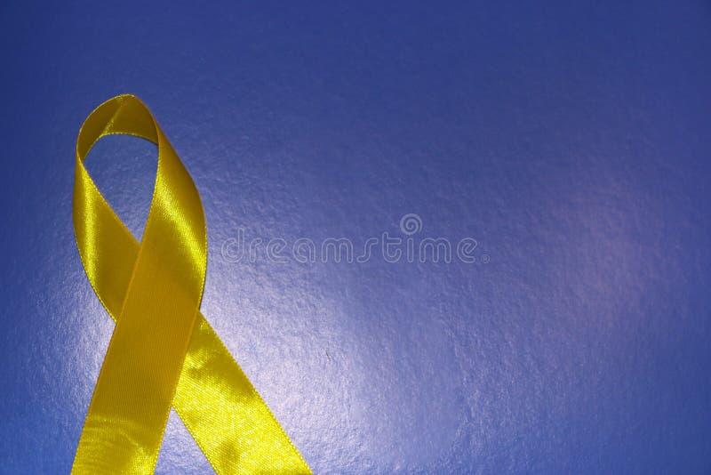 Guld- band och medicin begrepp - ett symbol av barndomcancer, pediatrisk oncology royaltyfria bilder