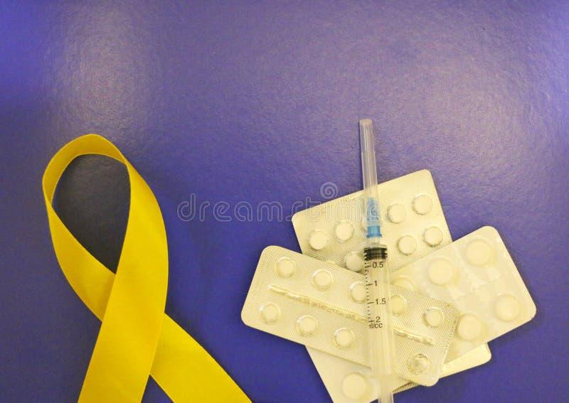 Guld- band och medicin begrepp - ett symbol av barndomcancer, pediatrisk oncology arkivfoto