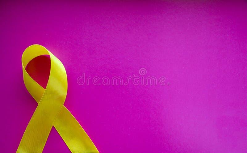 Guld- band och medicin begrepp - ett symbol av barndomcancer, pediatrisk oncology fotografering för bildbyråer