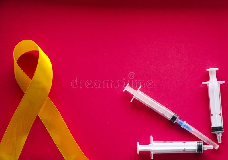 Guld- band och medicin begrepp - ett symbol av barndomcancer, pediatrisk oncology arkivfoton