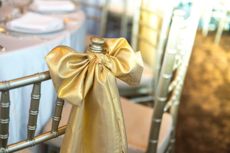 Guld- bandgarnering på att gifta sig stolar royaltyfria foton
