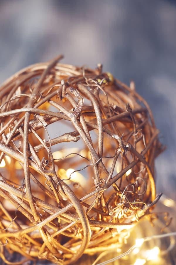 Guld- bastboll för julgarnering arkivbilder