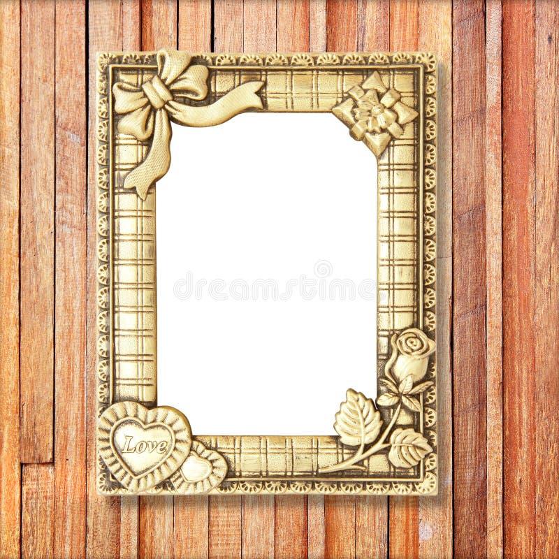 Guld- bildram på träväggen royaltyfri bild