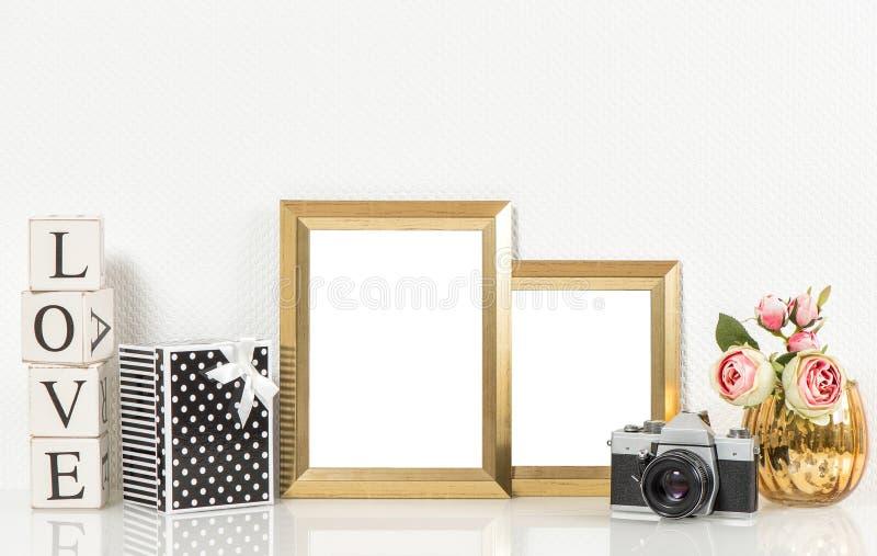 Guld- bildramar, rosblommor och tappningkamera retro D royaltyfri fotografi