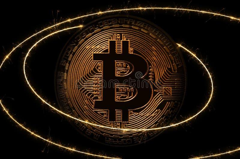 Guld- Bitcoin över mörk bakgrund Affär och faktiskt cryptocurrencybegrepp royaltyfri bild
