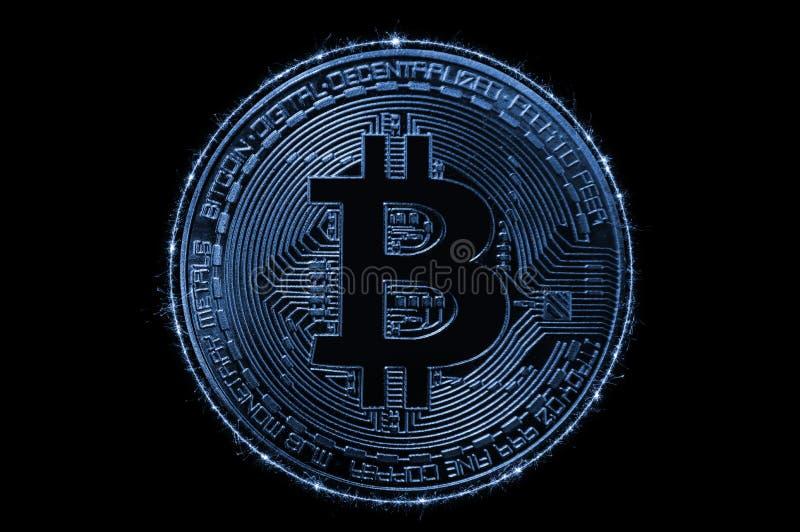 Guld- Bitcoin över mörk bakgrund Affär och faktiskt cryptocurrencybegrepp arkivbild